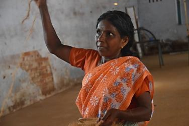 Keralan women maken coir door mats out of coconut shells.